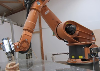 Der Gelenkarm-Roboter bei der Arbeit